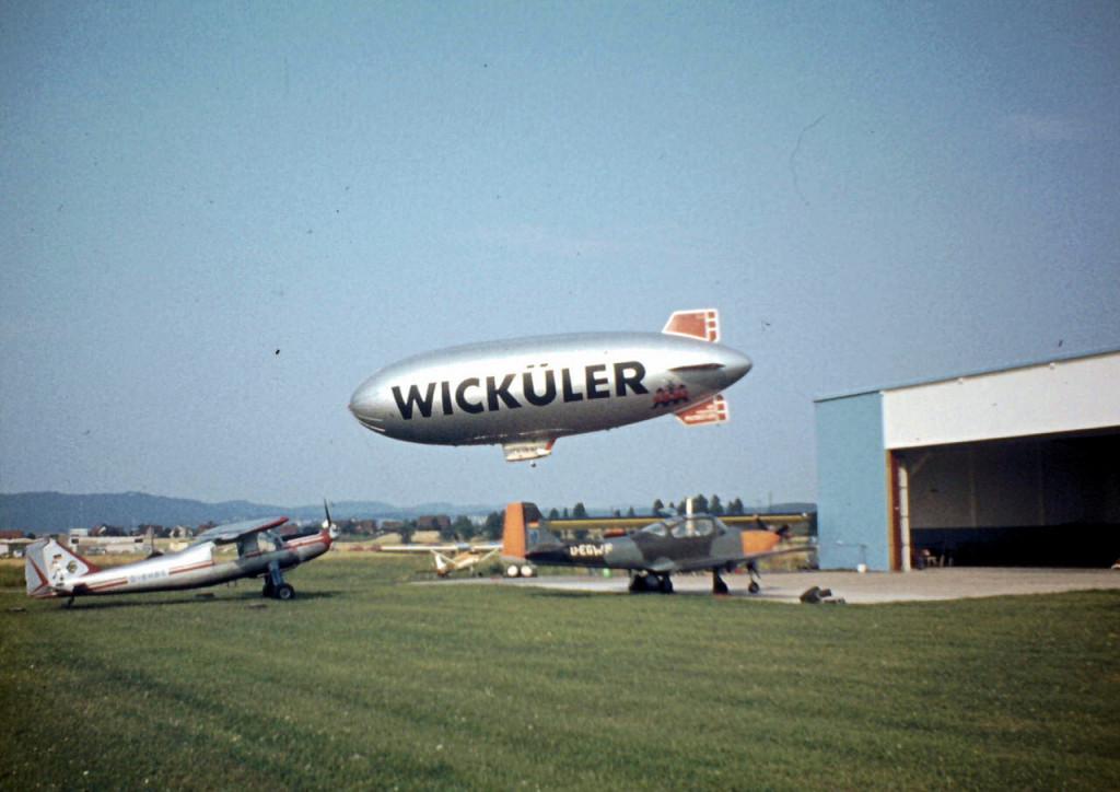Die Aufnahme müsste aus 1974 sein. Die etwas weiter entfernten Hallen sind das heutige Airfield.