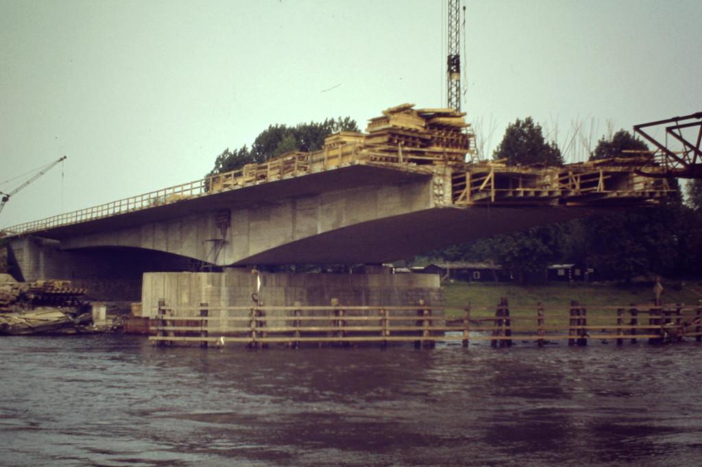Halber Bogen der Autobahnbrücke über die Weser.