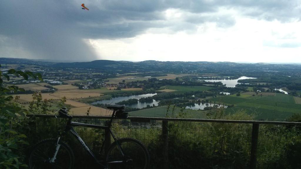 Blick von der Wittekindsburg auf die Baggerseen in Porta unterhalb des Wiehengebirges