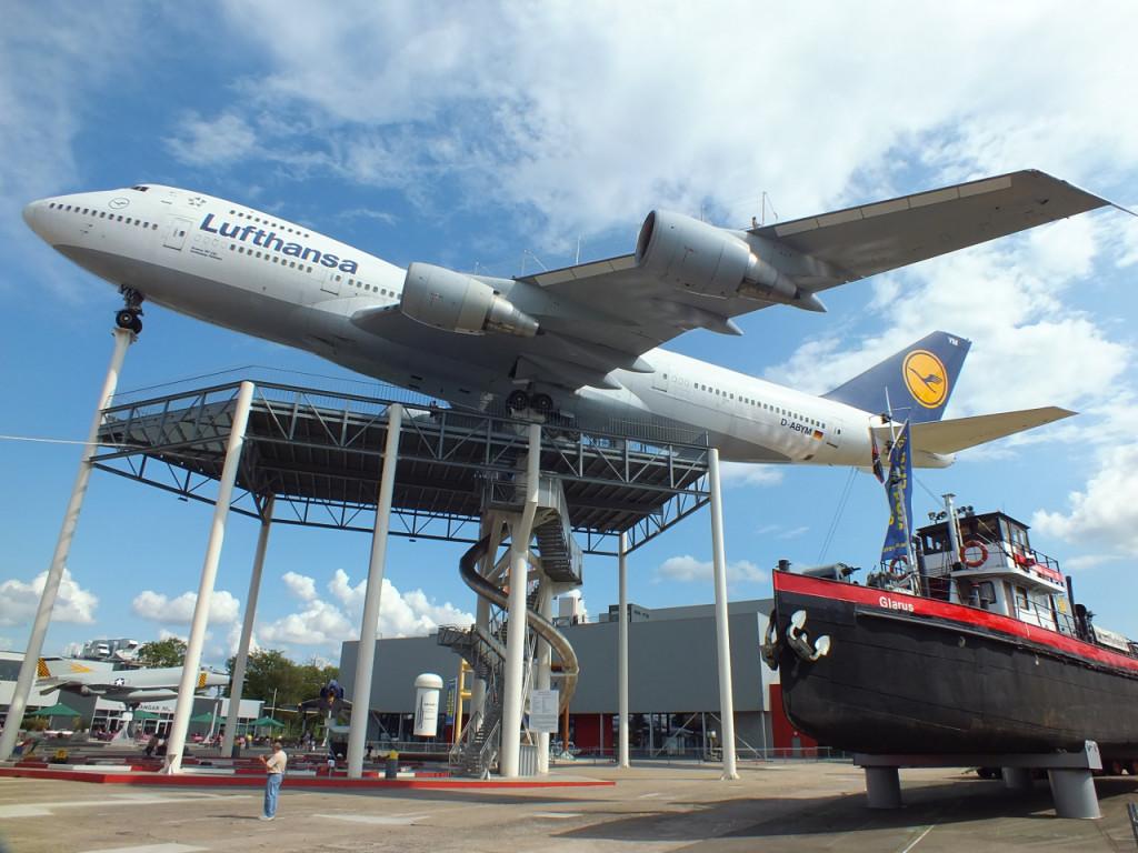 Boing 747 im Technik-Museum Speyer - Tim steht (als kleiner Punkt sichtbar) auf dem linken Flügel des Jumbos knapp hinter dem äußeren Triebwerk.