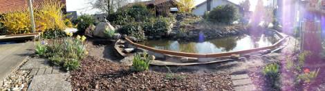 Die Balken wurden auf der dicken Teichfolie in Betonbatzen gelegt.