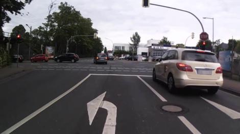 Nach dem Überholvorgang links neben der Linksabbiegespur hat sich der Taxifahrer rechts eingeordnet!