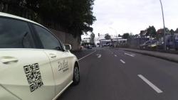 Taxifahrer mit Ellenbogenabstand