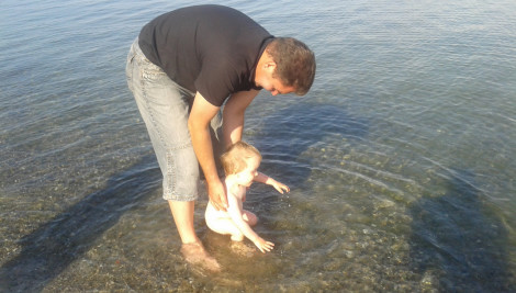 Ben ist zum ersten Mal im Meer