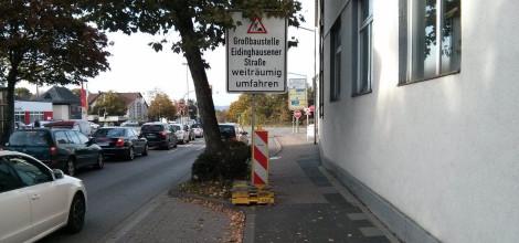 Baustellenschild auf dem Radweg an der Steinstraße