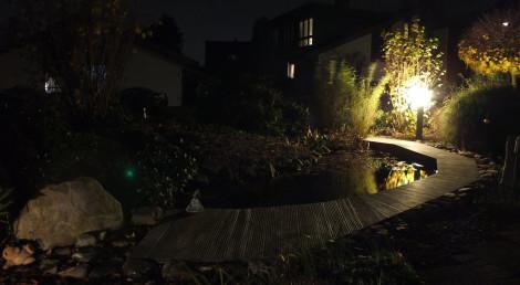 Teichrand mit Beleuchtung