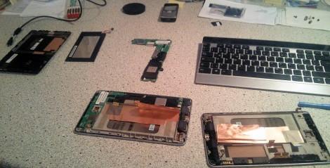 Zwei Nexus 7 teilzerlegt