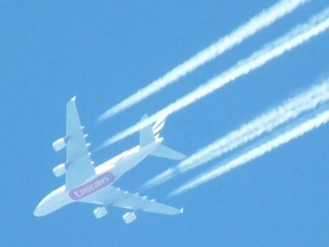 Emirates-Flieger (30fach-Zoom ohne Stativ aufgenommen)