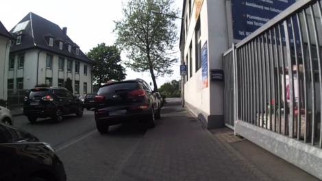 Mit zwei Rädern auf dem benutzungspflichtigen Geh-/Radweg parken