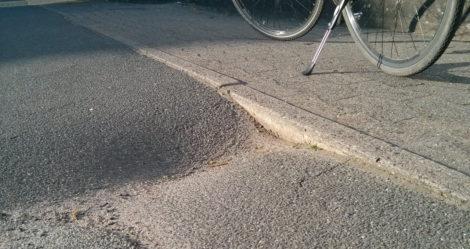 Das Loch bricht auf der anderen Seite des Radweges erneut auf.