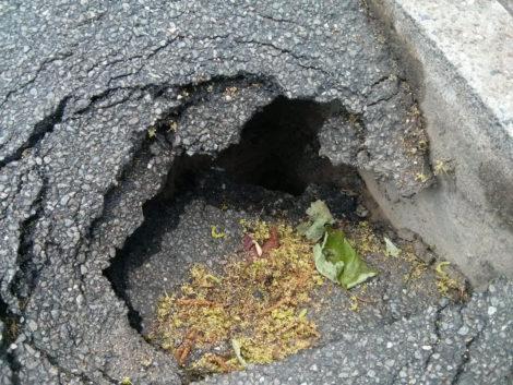Gefahr im Verzug - der Boden des Loches ist nicht zu erkennen.
