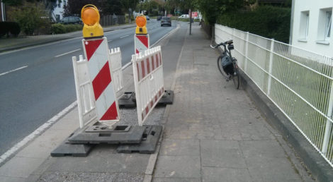 Defekte Stelle im Radweg ausgefräst und neu geschottert.