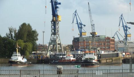Noch bevor die Queen Mary 2 in Sicht kam, zogen Schlepper das Dock auf.