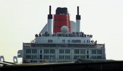 Dann konnte man die ersten Aufbauten des Kreuzfahrtschiffes über den Landungsbrücken erkennen.