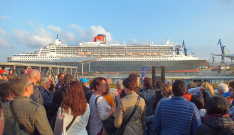 Die Queen Mary 2 in ganzer Pracht. Wir hatten echt einen super Ausblick. Gut, mussten auch 1 1/2 Stunden dort warten ;-)