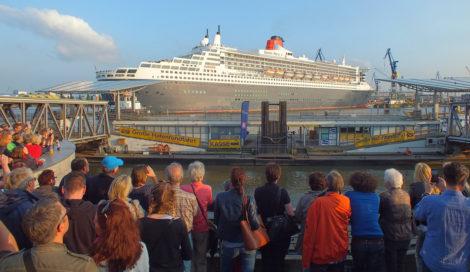 Die Queen Mary 2 wurde erst rückwärts die Elbe hoch gezogen und dann langsam vorwärts ins Dock geschoben.