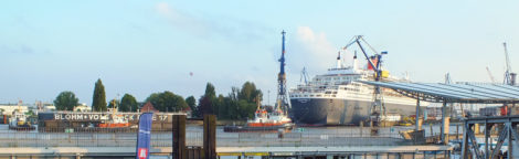 Da kommt der Verschluss vom Dock schon wieder die Elbe runter.