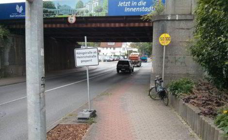 Hinweisschild für Autofahrer gefährdet wie üblich die Radfahrer.