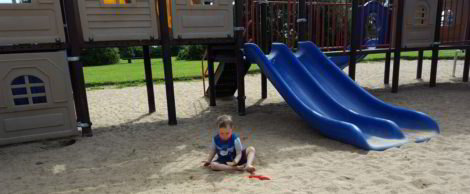Ben buddelt im Sand