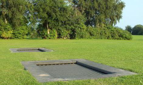 In Rasenfläche eingelassenes Trampolin auf dem Ostseecampingsplatz in Waabs