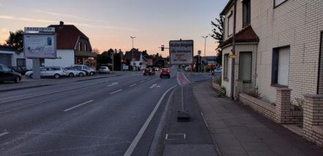 """Hinweis auf Umleitung vor der """"Blöbaum-Kreuzung"""" auf dem benutzungspflichtigen Radweg der Eidinghausener Straße in Fahrtrichtung Norden."""
