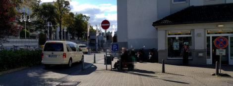 Leere Taxiplätze vor der Radstation