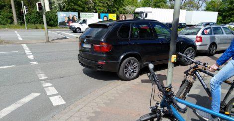 SUV parkt auf Fußgängerfurt