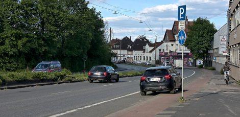 Auto mit einer Spur auf dem Radweg