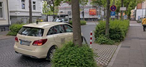 Taxi mit Warnblinklicht im Halteverbot