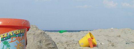 Strand mit Sandeimer