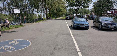 Trennlinie zwischen Parkplatz und Radweg